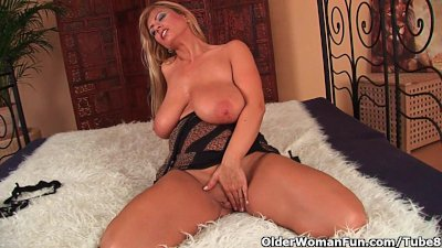 mature mom with big boobs fucks a dildo